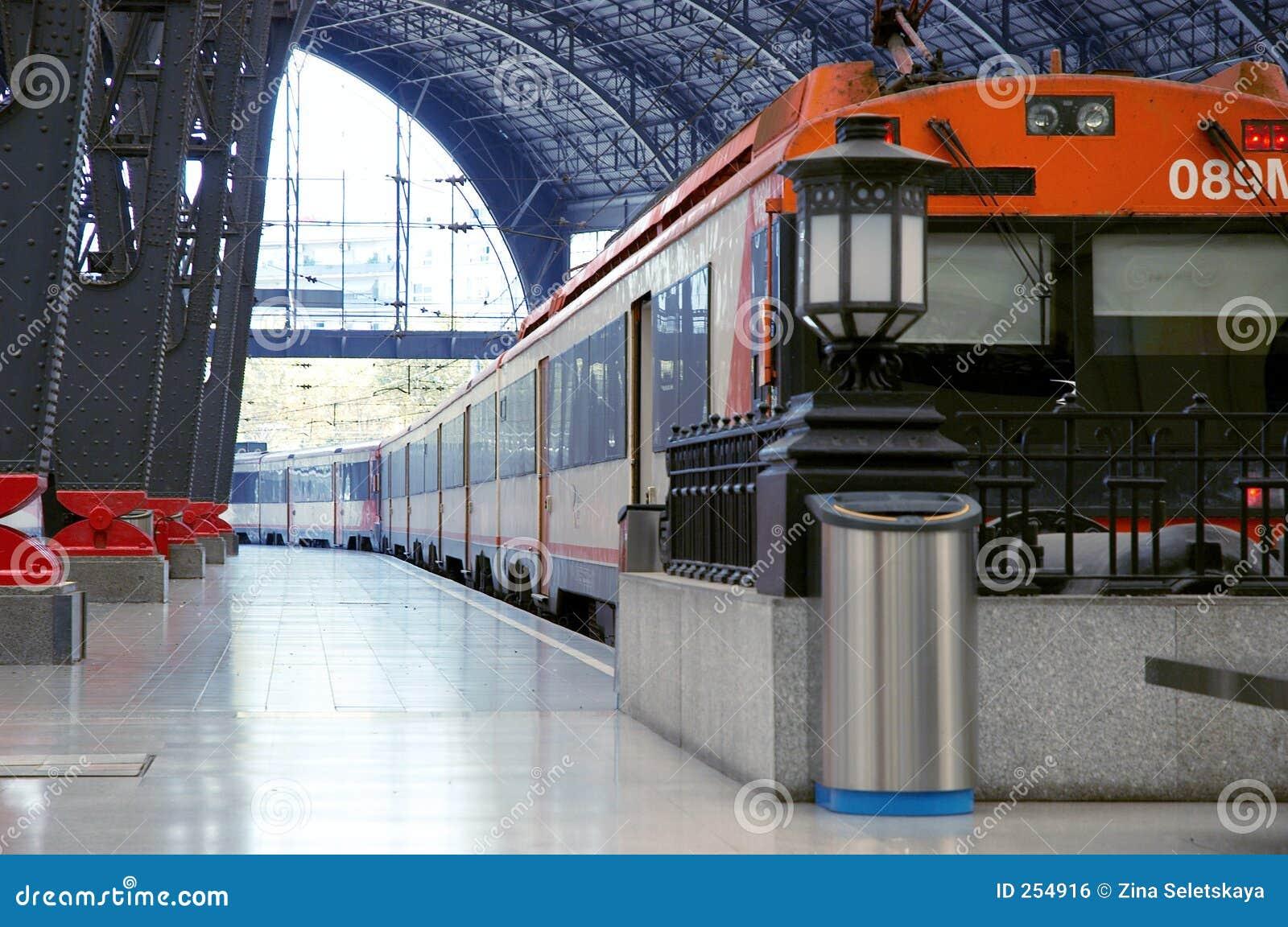 Trein bij de spoorwegpost