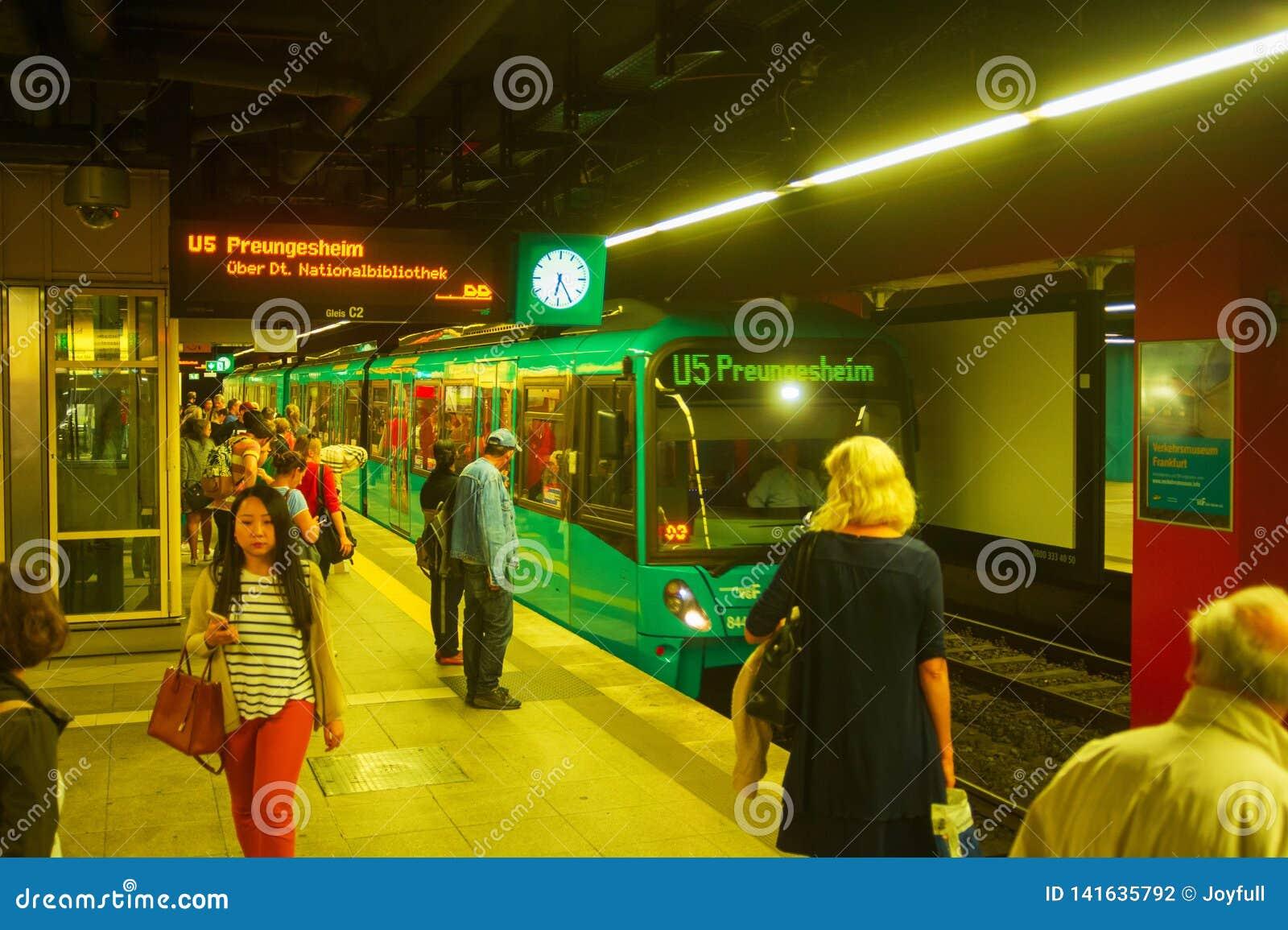 Trein die bij metroplatform aankomen