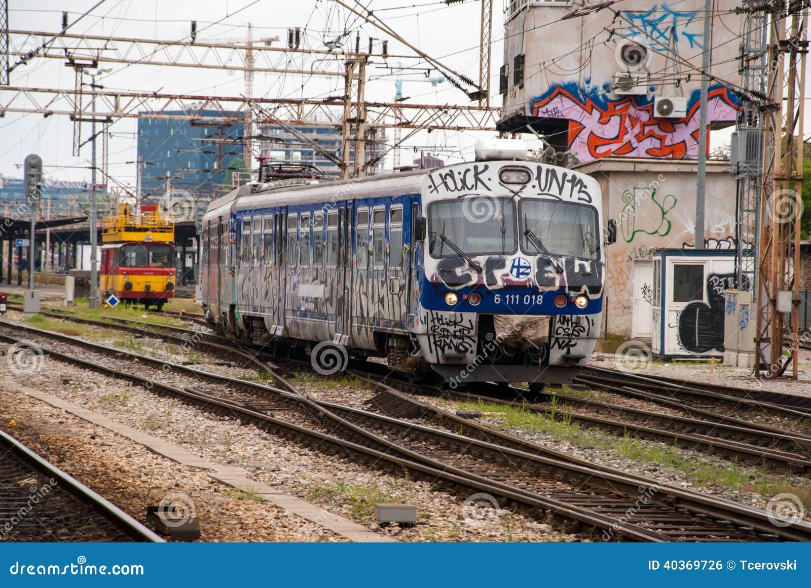 Trein die zich uit die een post bewegen in graffiti in Zagreb, Cro wordt behandeld