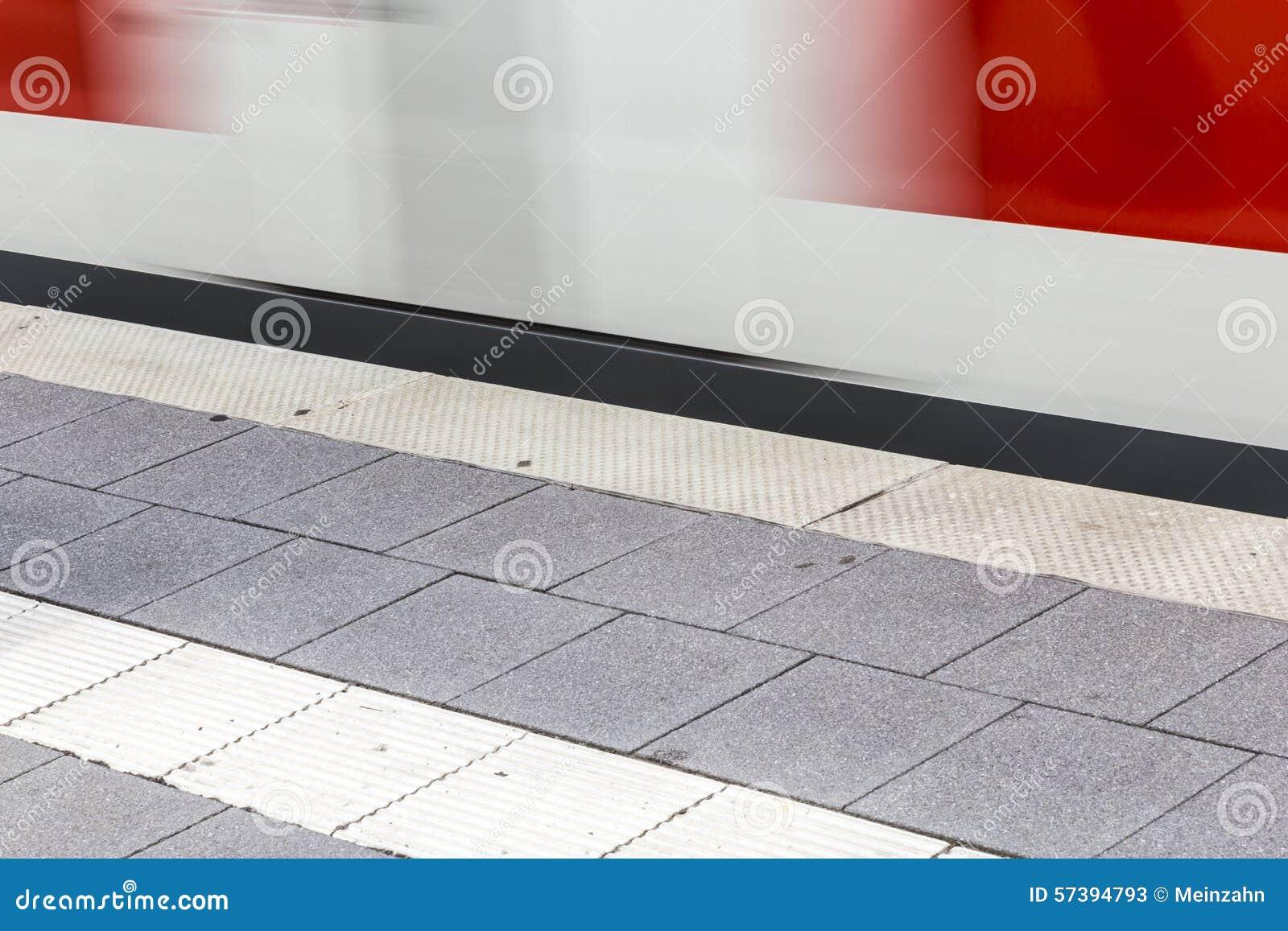 Trein het snelle bewegen zich bij metropost