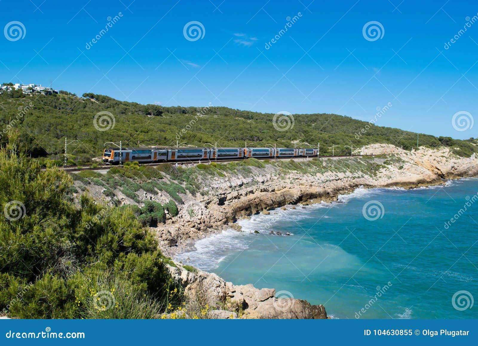 Download Trein op de kustlijn stock afbeelding. Afbeelding bestaande uit nave - 104630855