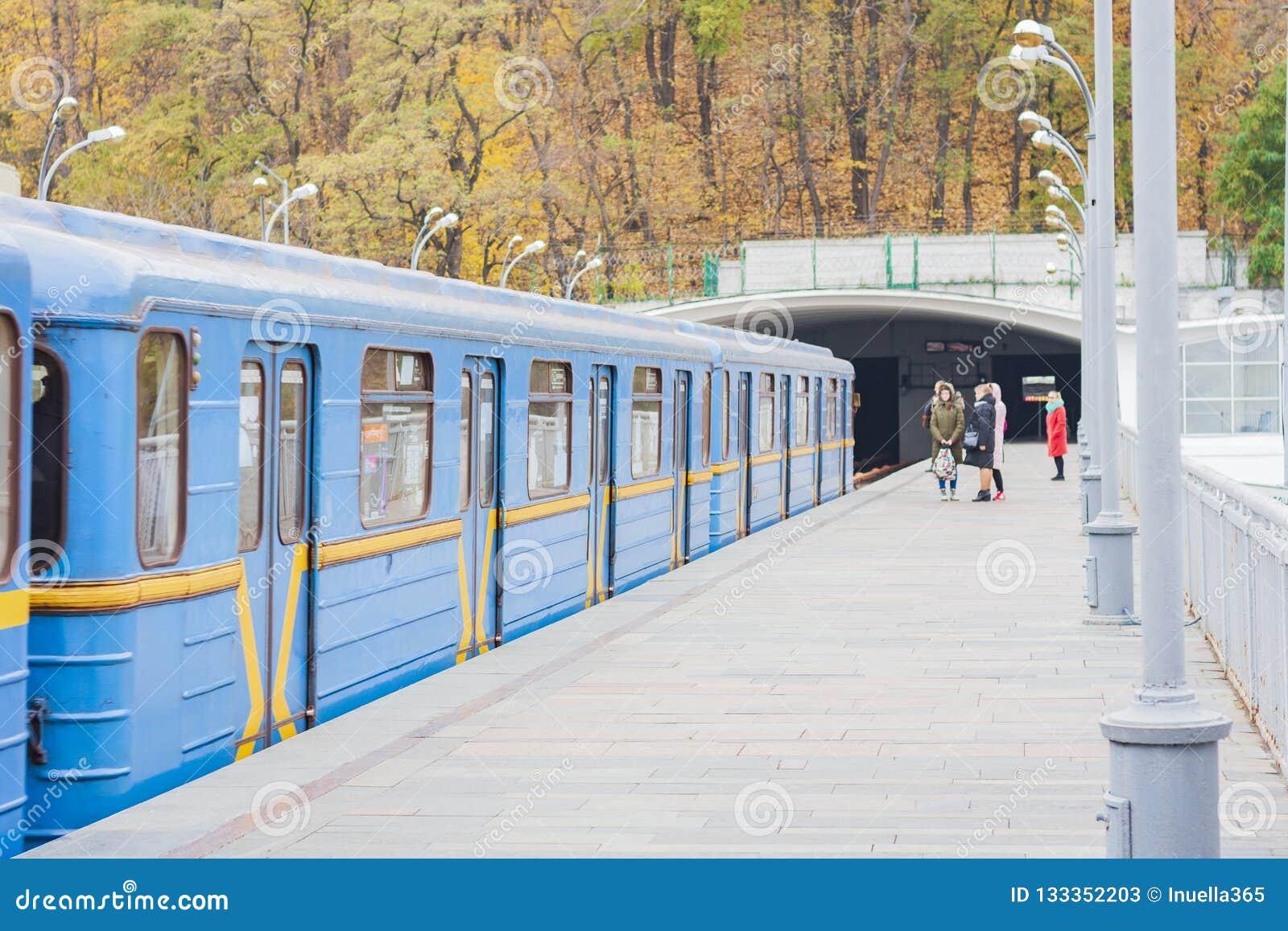 Trein op metro metrobrug over de rivier Dnieper, Kiev, de Oekraïne