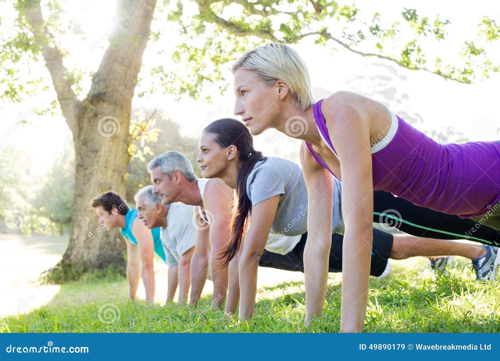 Treinamento atlético feliz do grupo