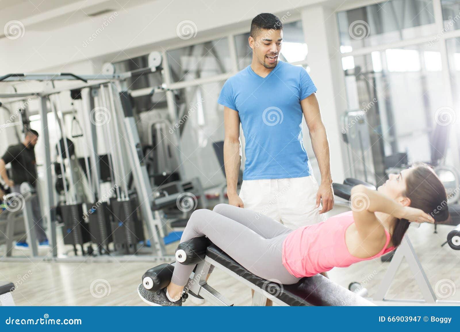 Treinamento bonito da jovem mulher no gym