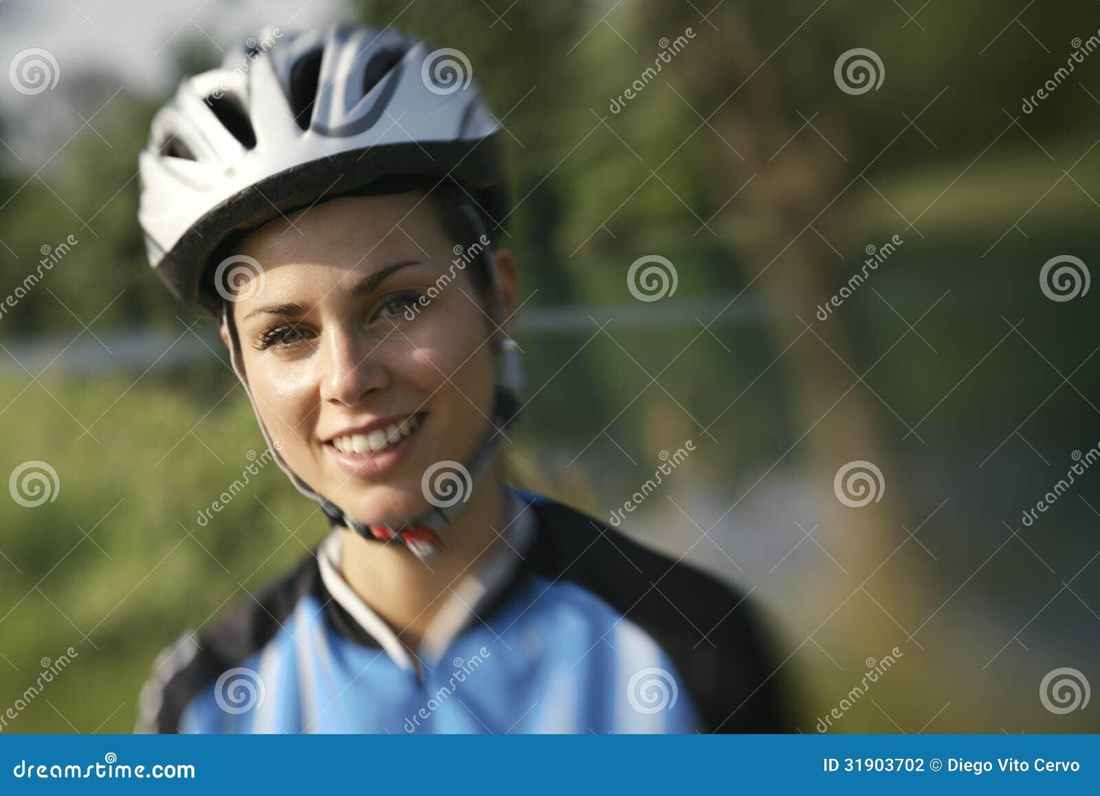 Treinamento da jovem mulher no Mountain bike e ciclismo no parque