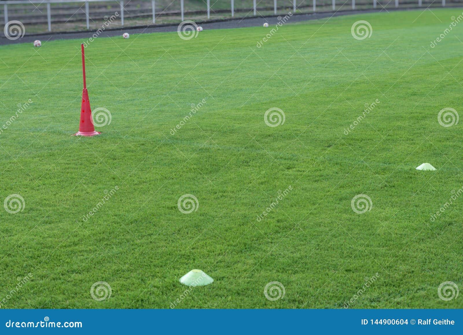 Treinamento do futebol profissional com chapéus e bolas