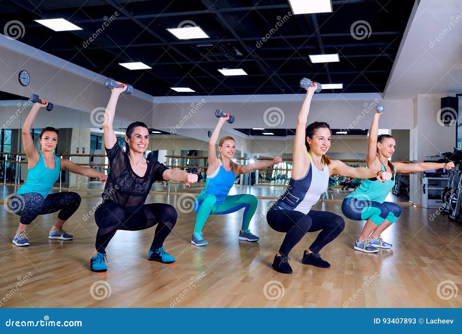 Treinamento do grupo das meninas no gym