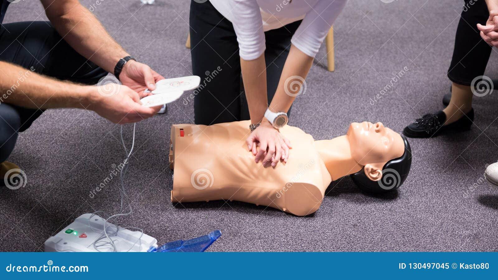 Treinamento dos primeiros socorros Prática do CPR do desfibrilador
