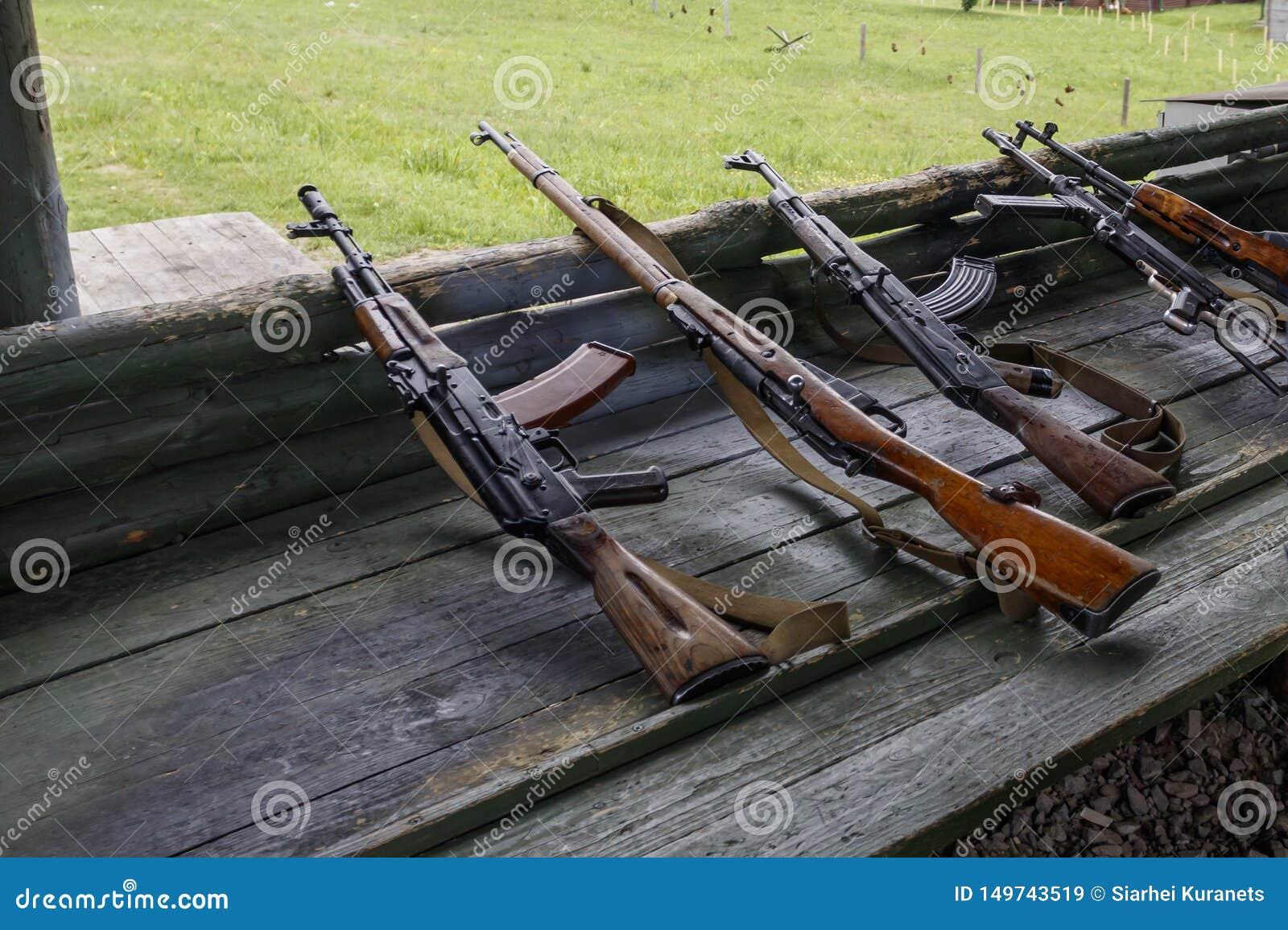 Treino militar a arma está no pronto metralhadoras, rifles, e metralhadoras todas as eras diferentes