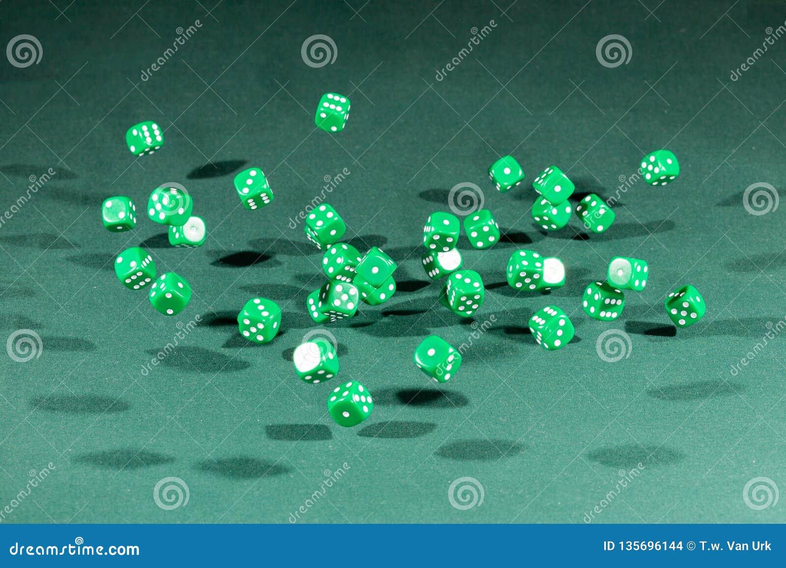 Treinta verdes corta caer en cuadritos en una tabla verde