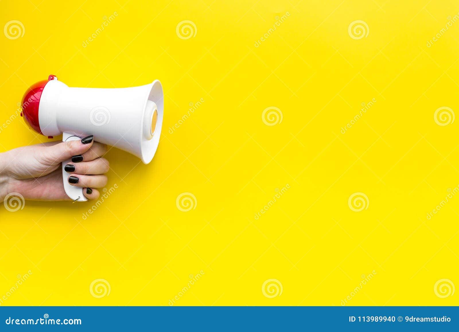 Trek aandachtsconcept aan Megafoon ter beschikking op de gele ruimte van het achtergrond hoogste meningsexemplaar