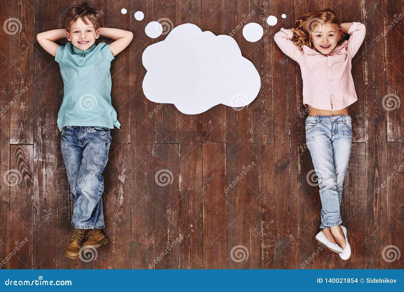 Trek de vraag van ` aan t het een droom, het een plan roept De kinderen die dichtbij lege gedachte liggen betrekken, het bekijken