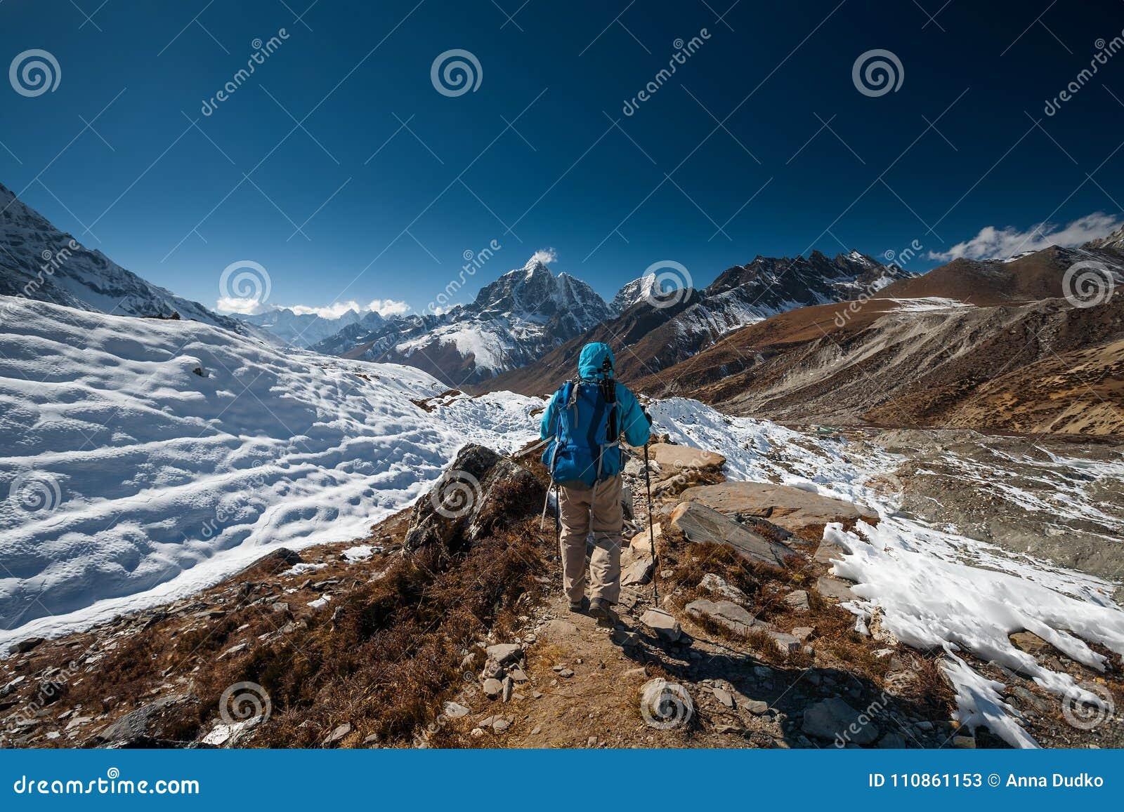 Trekker в долине Khumbu на пути к базовому лагерю Эвереста