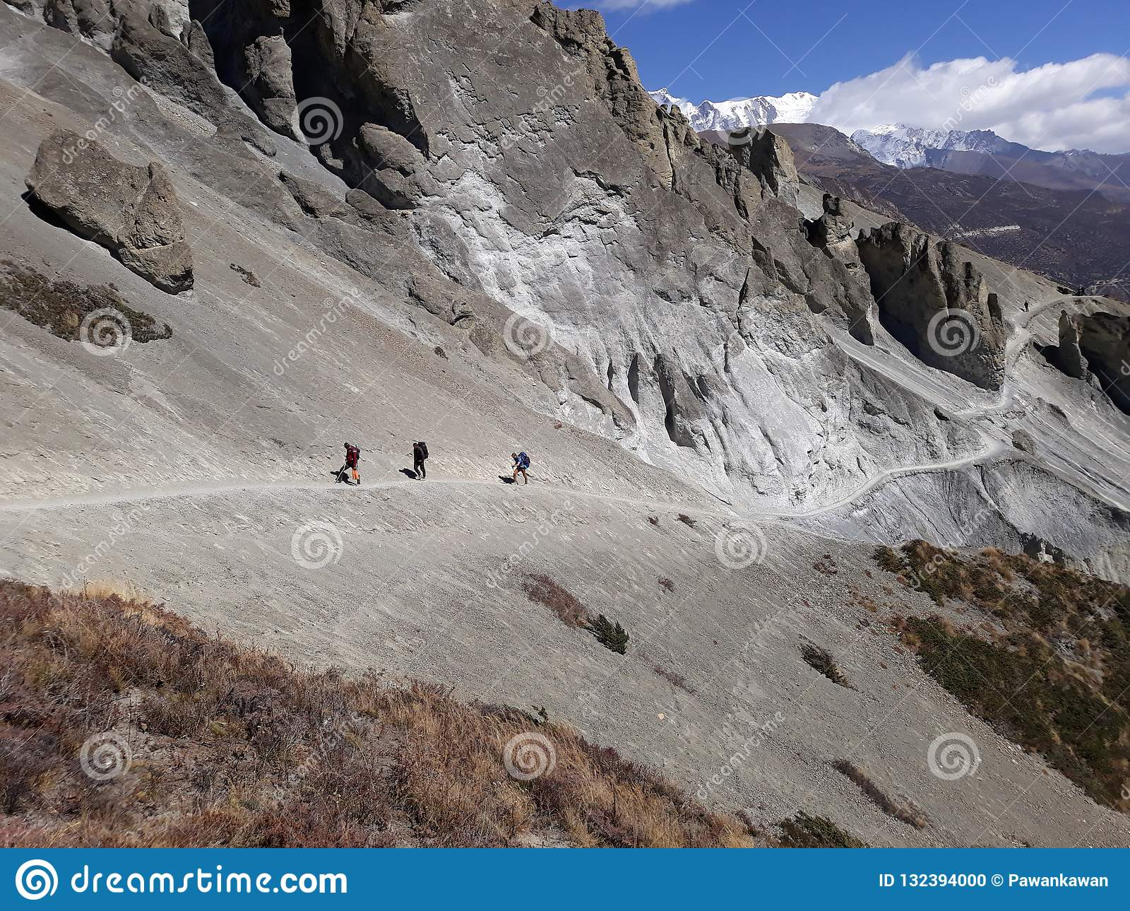 Trekker идя к озеру Tilicho, Непалу