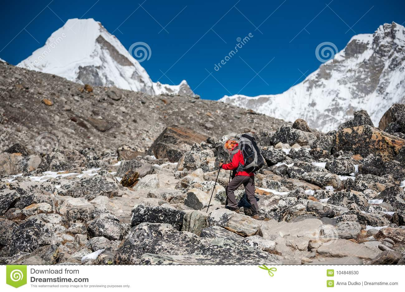 Trekker причаливая горе PumoRi в долине Khumbu на пути к