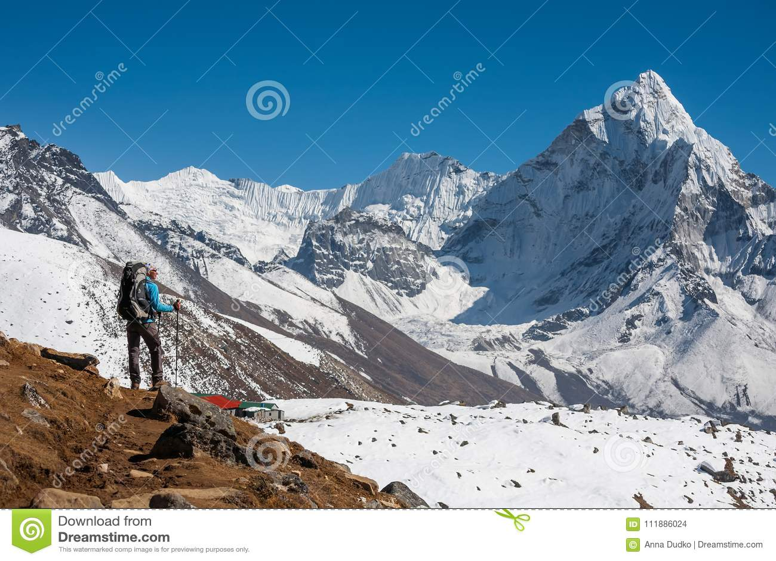 Trekker причаливая держателю Amadablam в долине Khumbu на пути к
