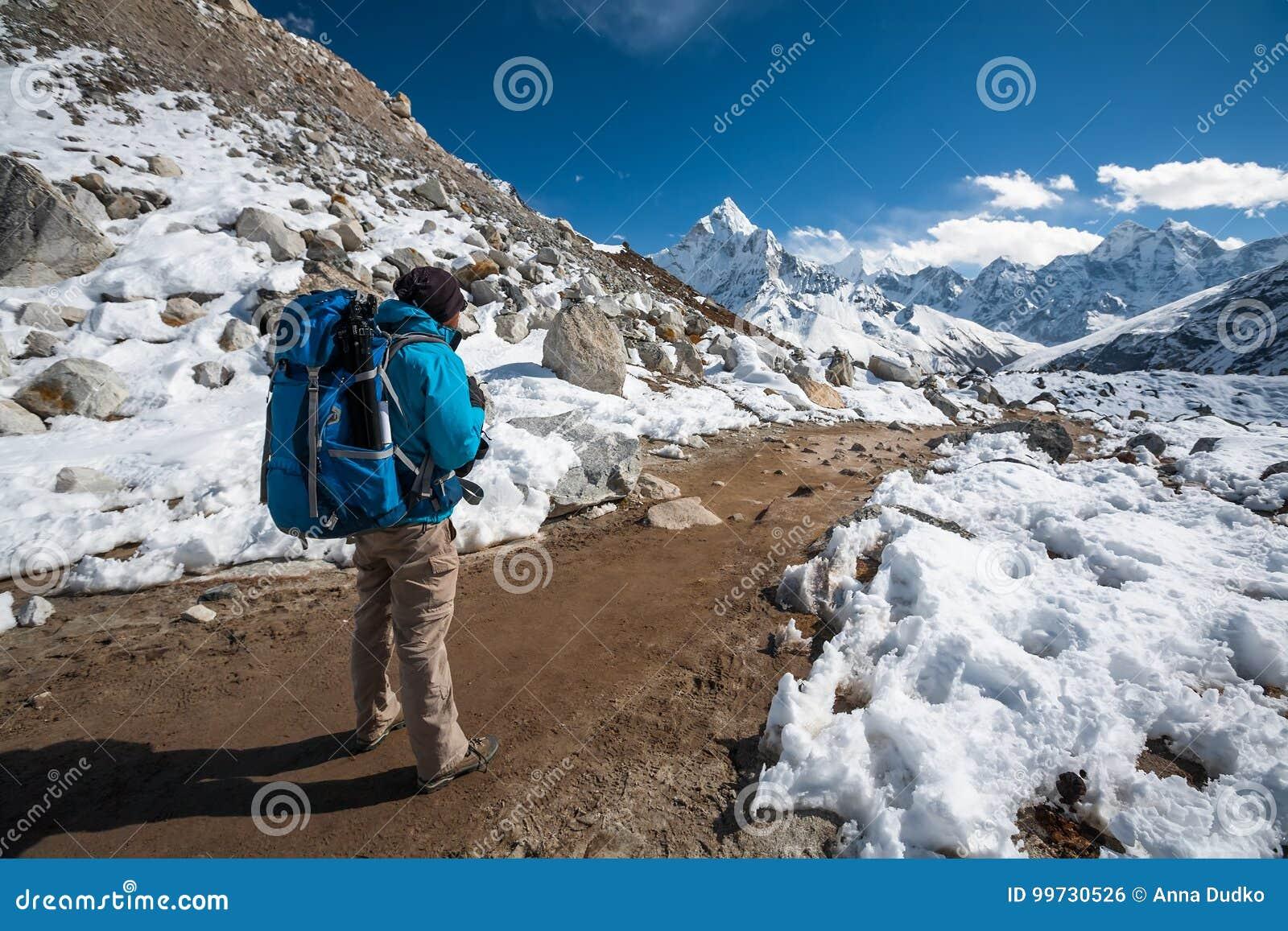 Trekker approchant le bâti d Amadablan en vallée de Khumbu sur un chemin à