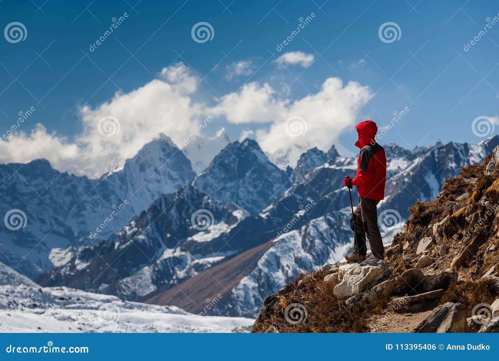 Trekker en vallée de Khumbu sur un chemin au camp de base d Everest