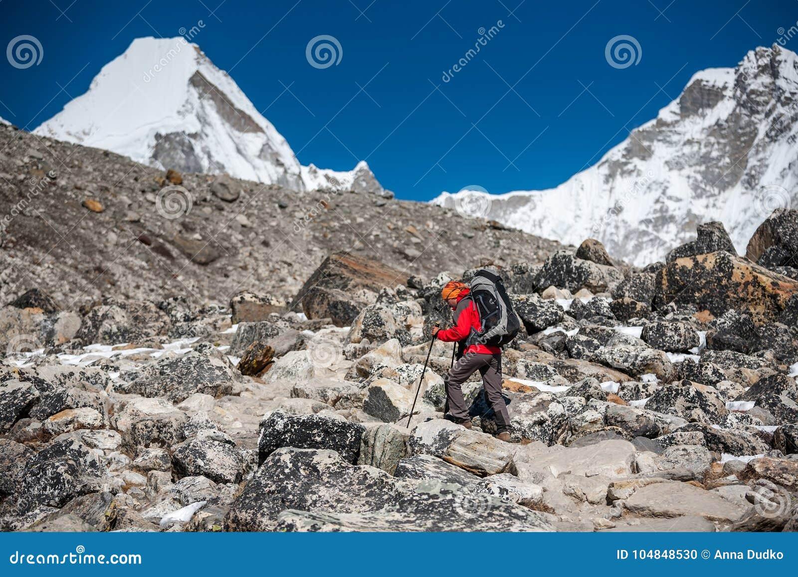 Trekker que aproxima a montanha de PumoRi no vale de Khumbu em uma maneira a