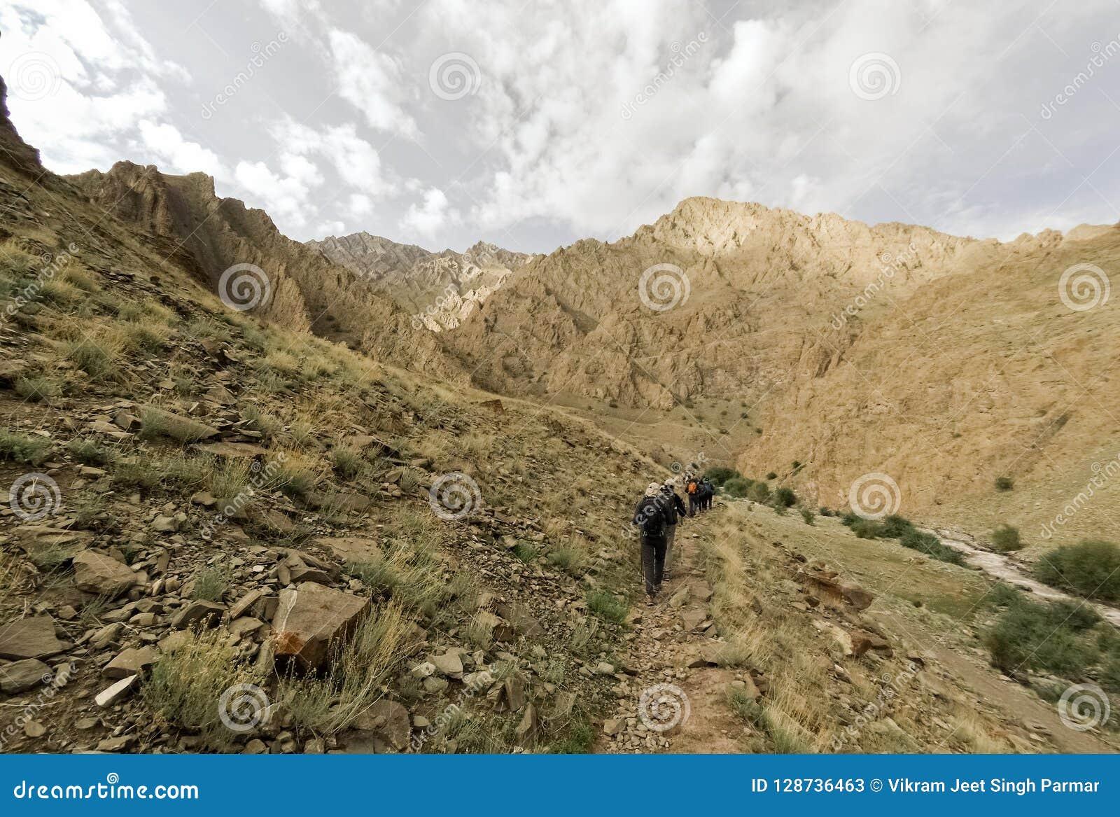 Trekkers en rastro en Himalaya indio