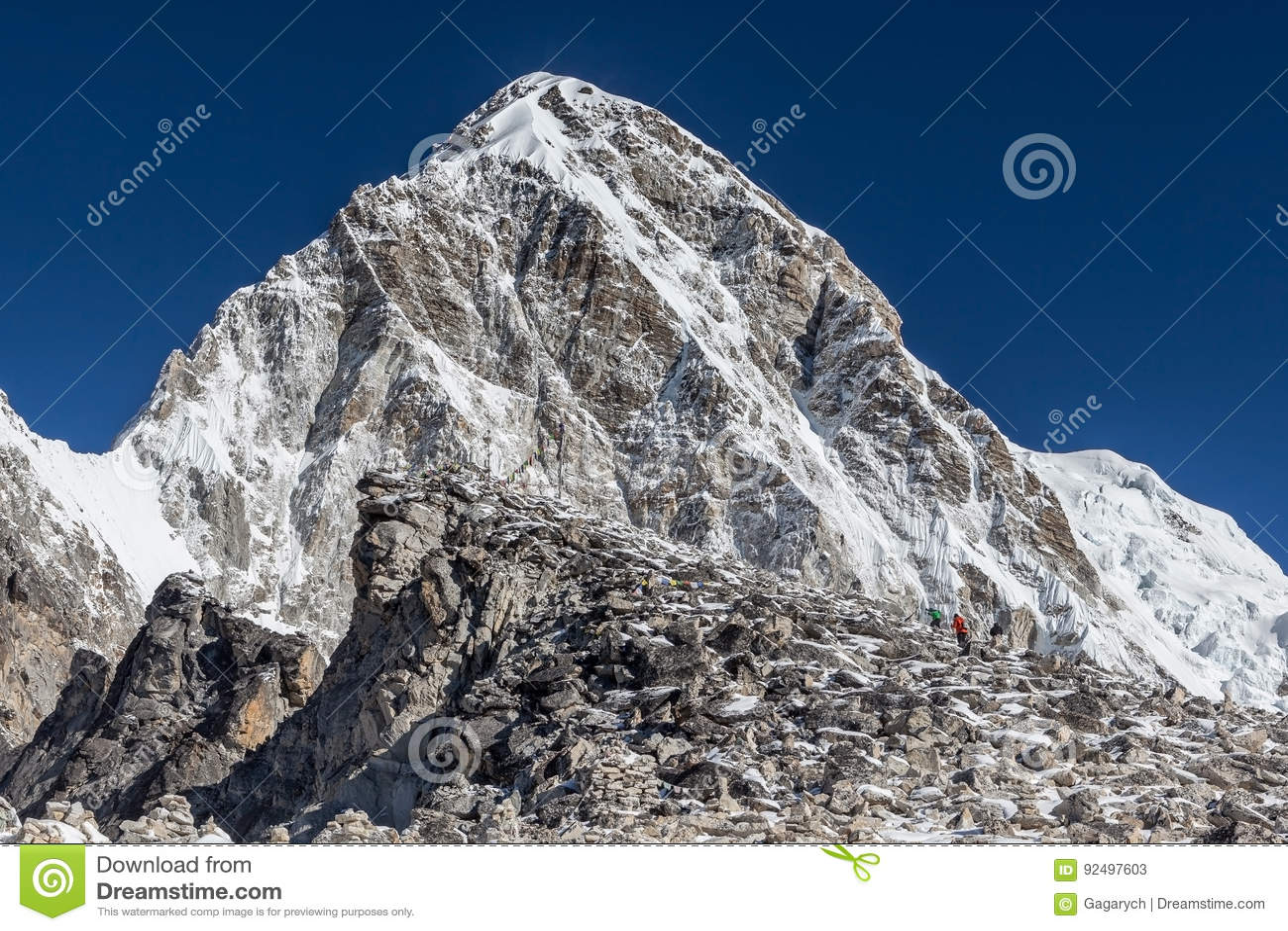 Trekkers que suben a Kala Patthar - el Everest