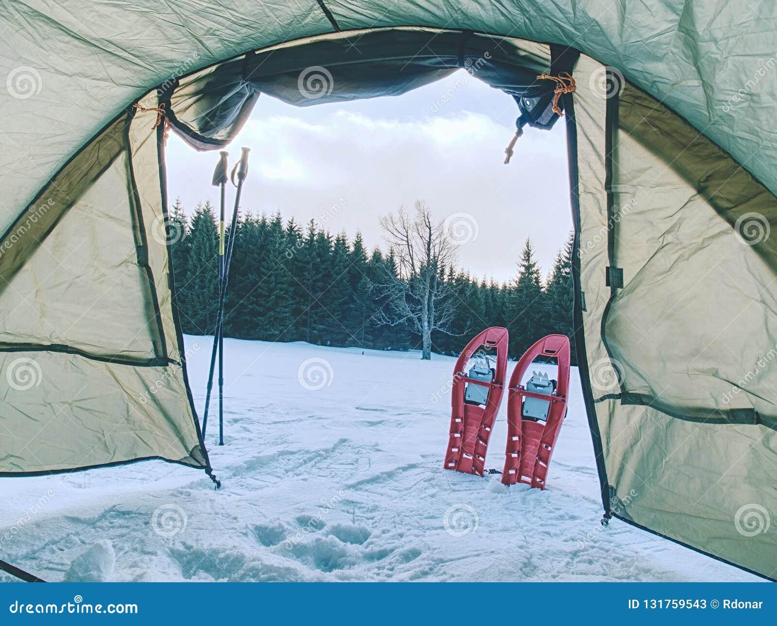 Trekking шатер построенный против снежного ландшафта Трек skialpinism зимы над снежными горными пиками