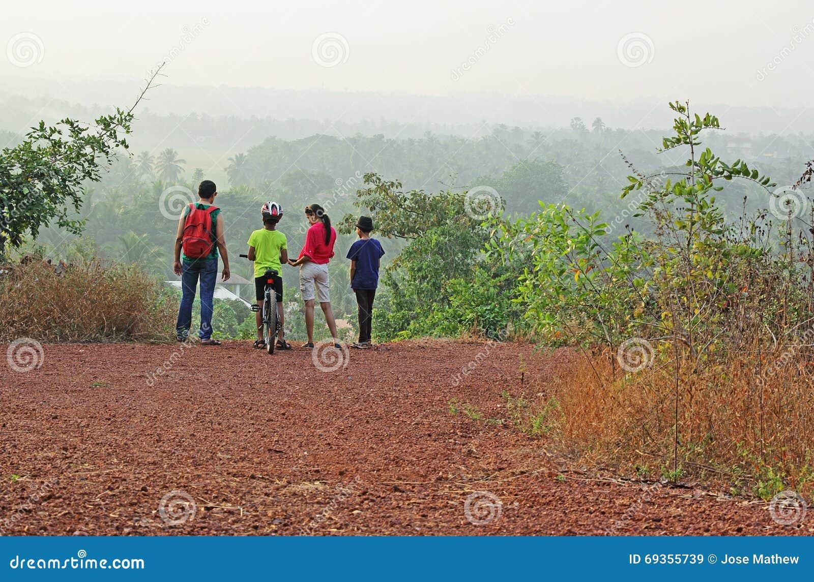 Trekking de groupe dans Hilly Countryside scénique