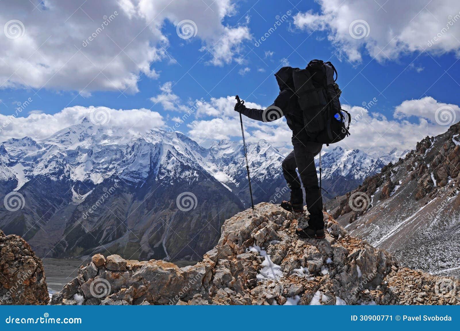 Trekking der jungen Frau im Berg