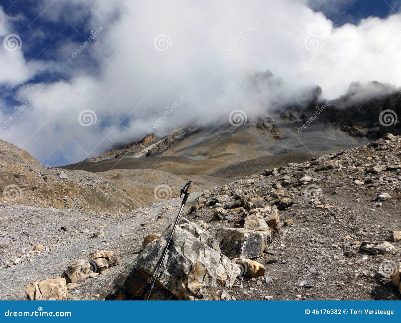 Trekking Pool in Hoog Himalayan-Landschap in Moesson