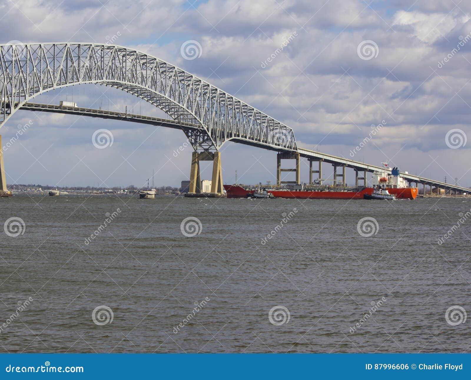 Trekt aan bijwonende tanker dichtbij de Zeer belangrijke Brug van Baltimore ` s