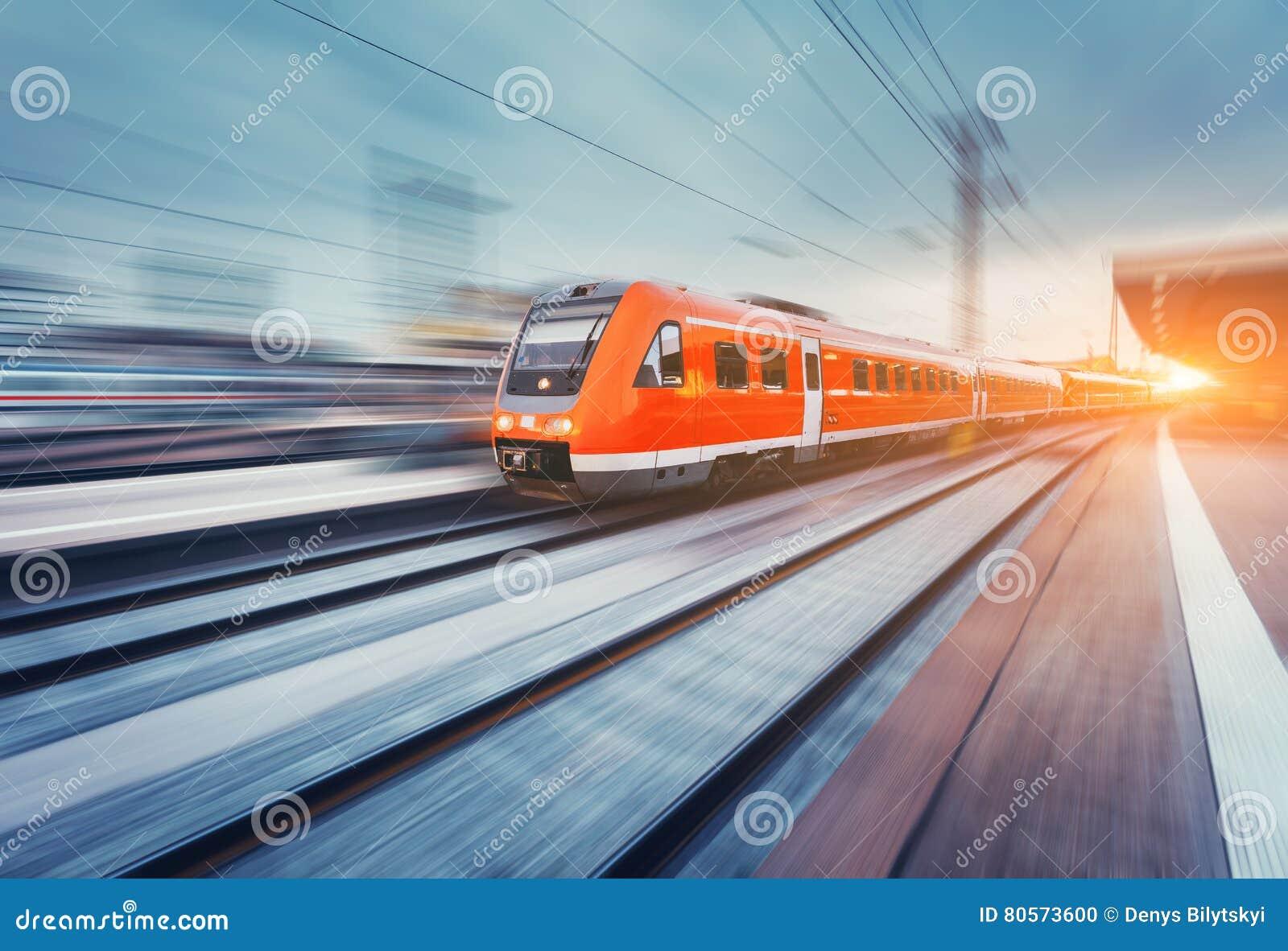 Trem da periferia vermelho de alta velocidade moderno do passageiro Estação de comboio britânica