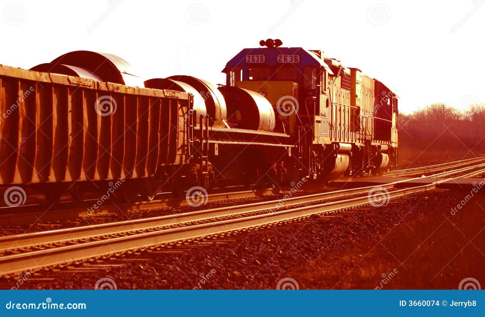 Trem de aço da bobina nas trilhas