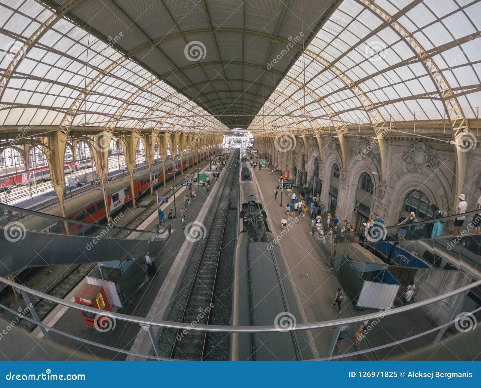 Trem de alta velocidade do passageiro na estação em agradável