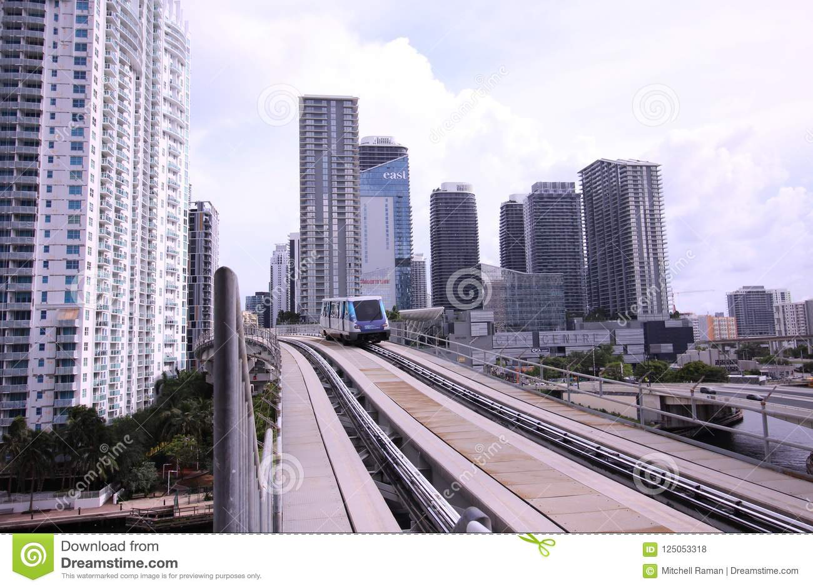 Trem de canela do motor do metro em Brickell Miami do centro Florida