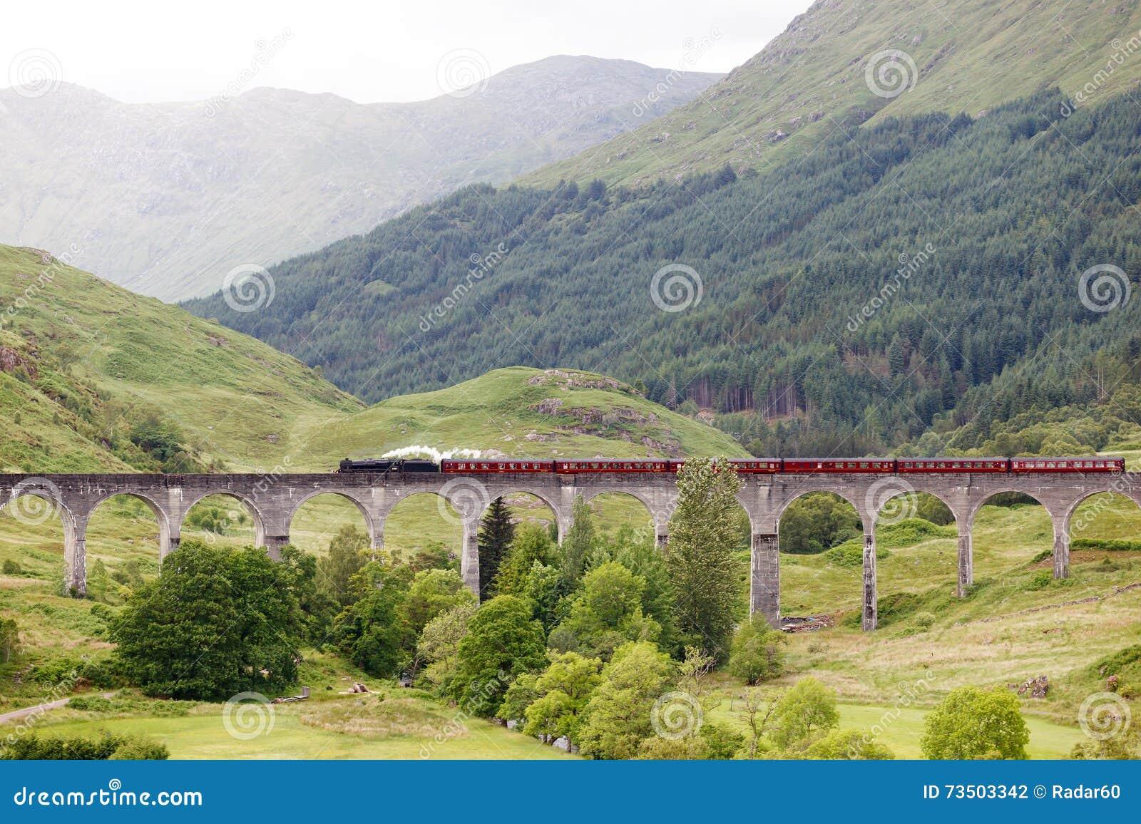 Trem do vapor do vintage no viaduto de Glenfinnan, Escócia, Reino Unido