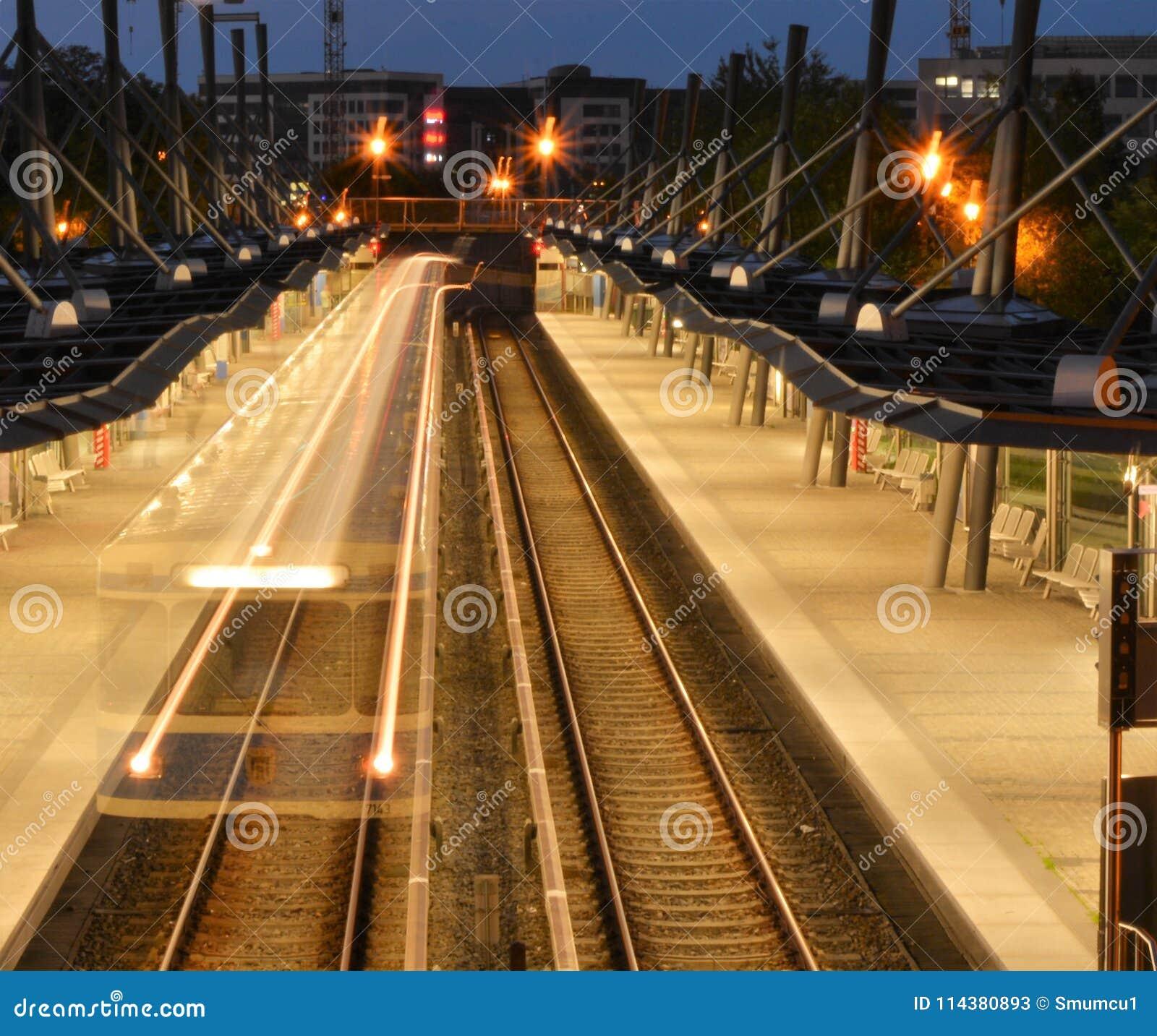 Trem suburbano na noite em Alemanha
