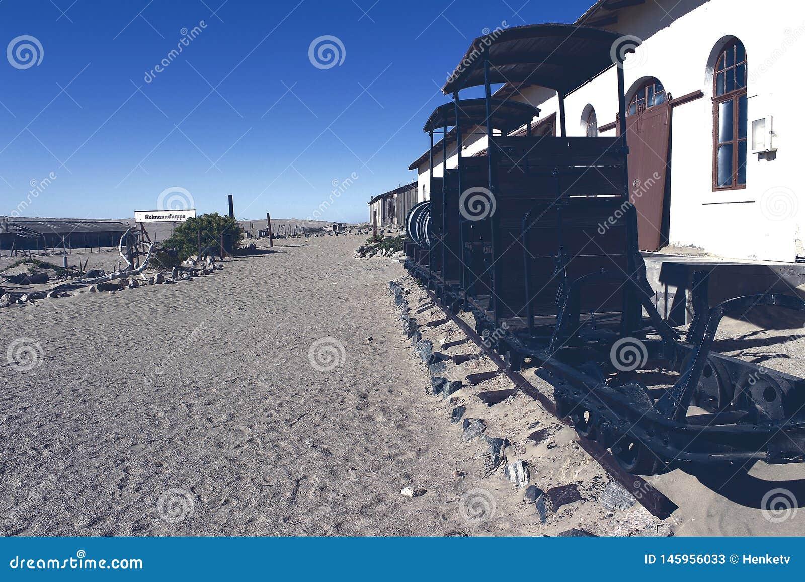 Trem velho pequeno colado nas areias