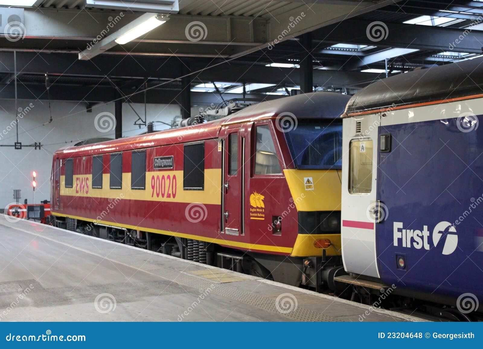 Tren caledonio del durmiente en la estación de Londres Euston