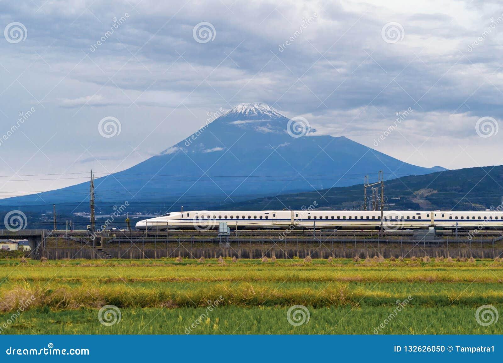 Tren de bala rápido, conduciendo y pasando la montaña Fuji cerca de Tokio