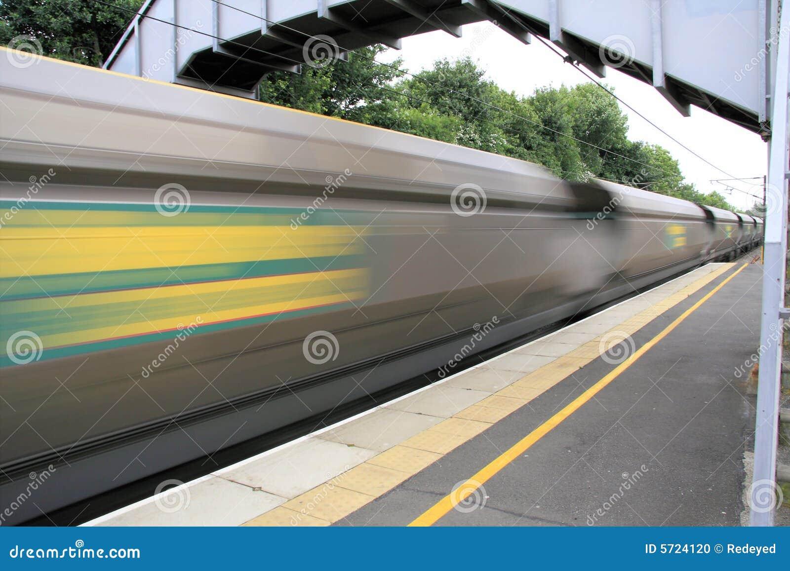Tren de carga que apresura