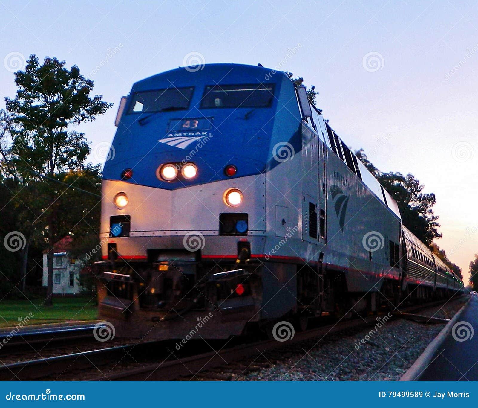 Tren de pasajeros móvil en el tiempo de la tarde