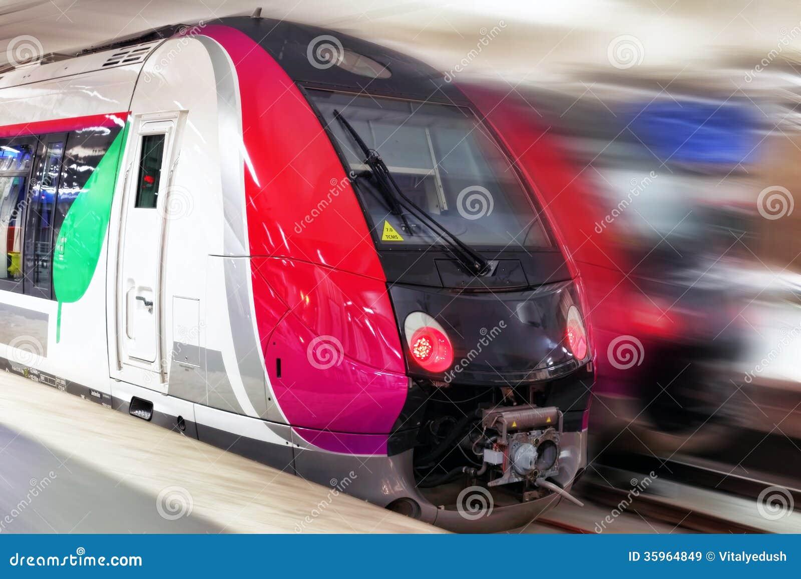 Tren de pasajeros rápido moderno.