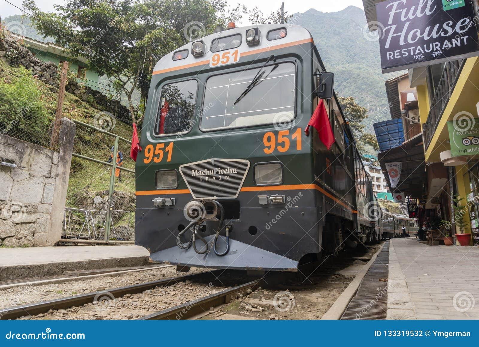 Tren de Peru Rail que llega la estación de Machu Picchu