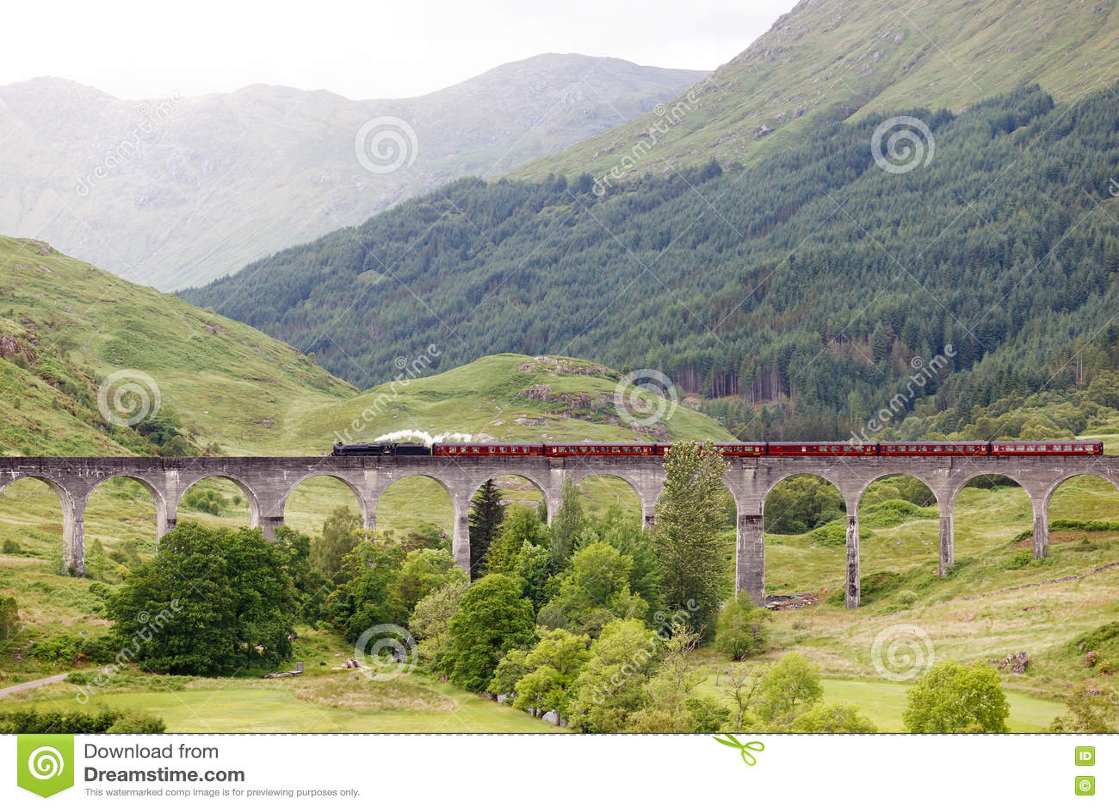 Tren del vapor del vintage en el viaducto de Glenfinnan, Escocia, Reino Unido
