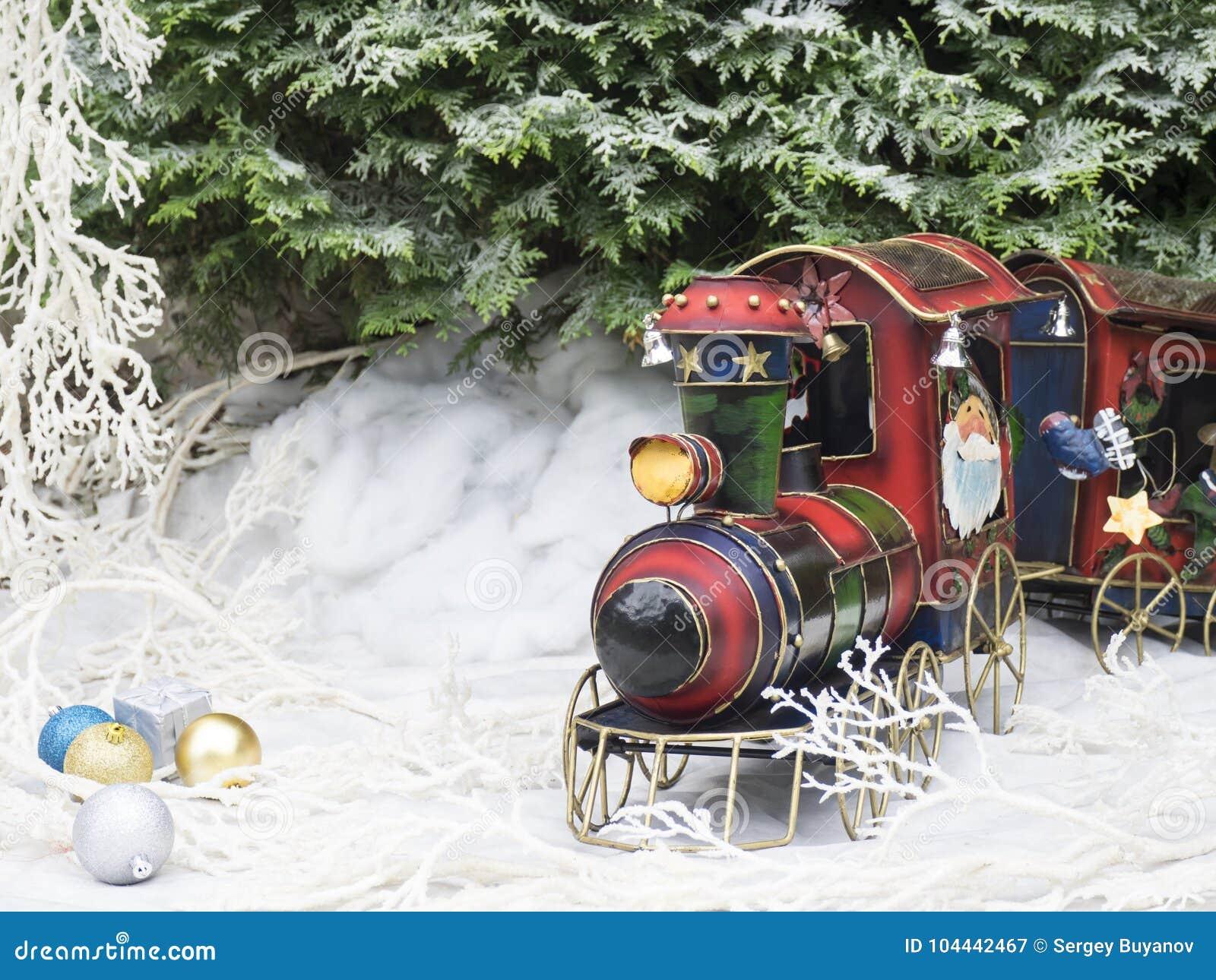Tren del vapor del juguete de la Navidad en el bosque del invierno