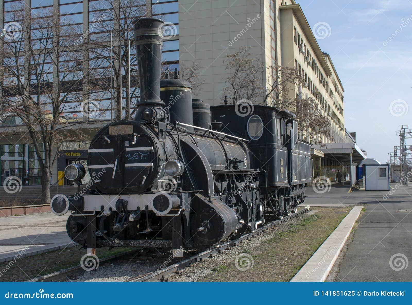 Tren del vintage exhibido delante de la estación de tren principal en Zagreb, Croacia