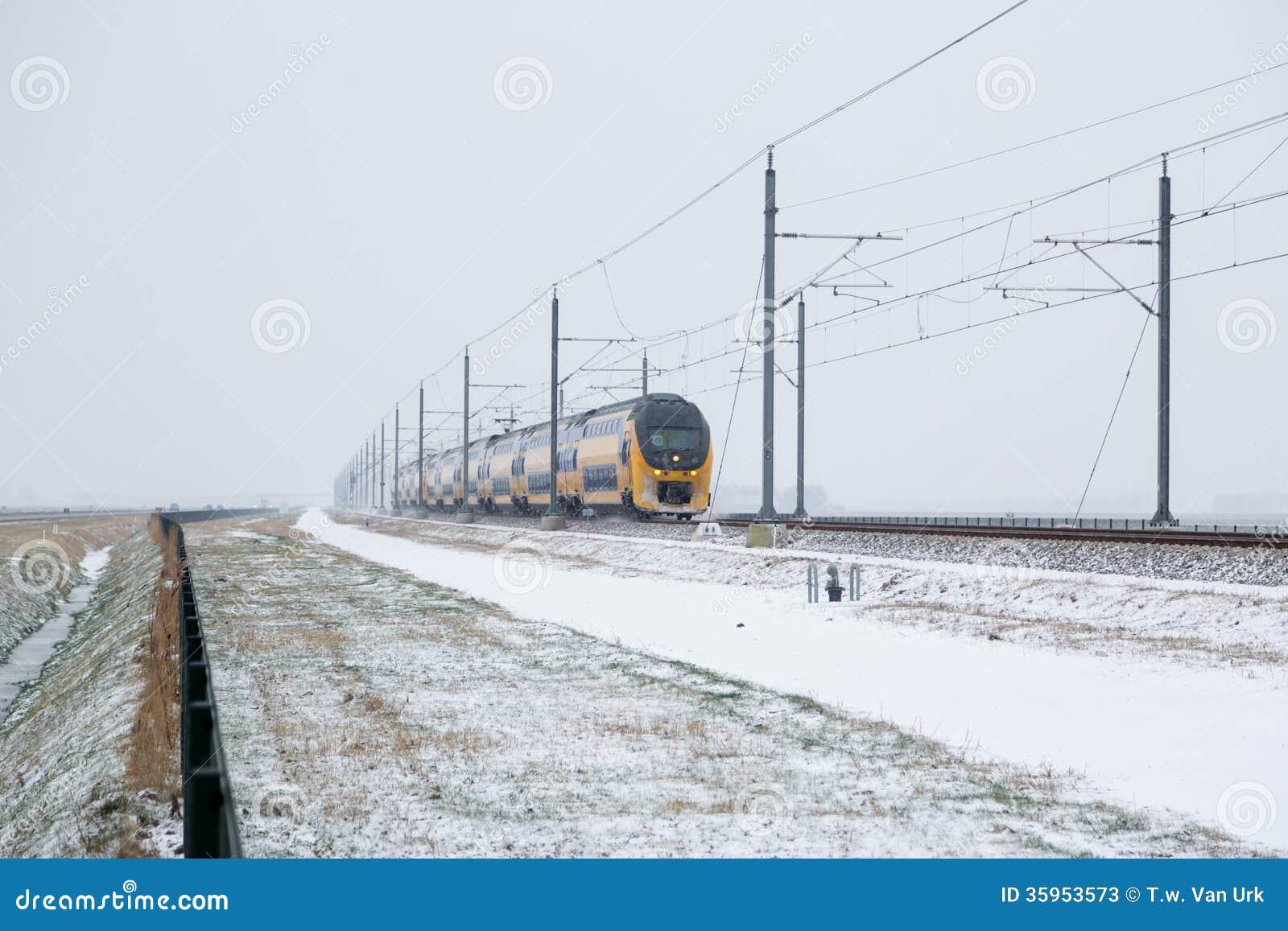 Tren en paisaje rural holandés del invierno