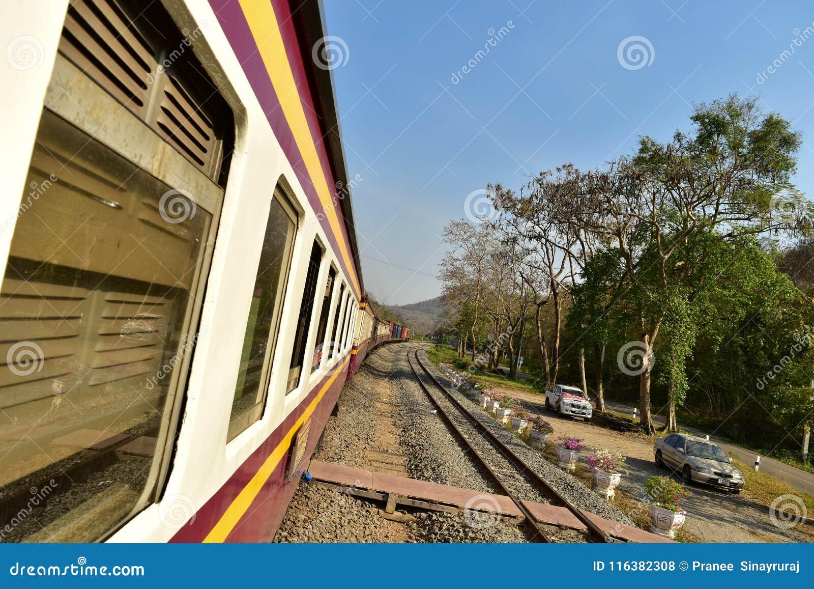 Tren local en Tailandia en área de la montaña/del bosque en la provincia de Saraburi