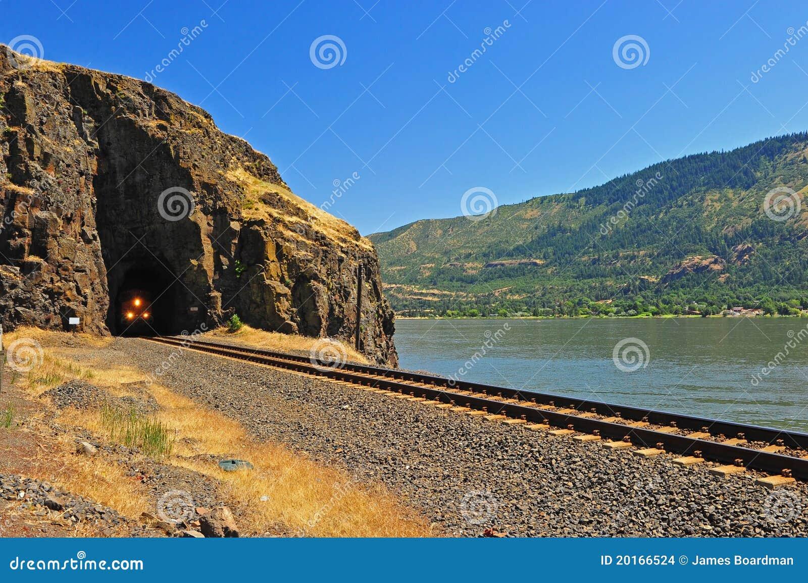 Tren que emerge del túnel