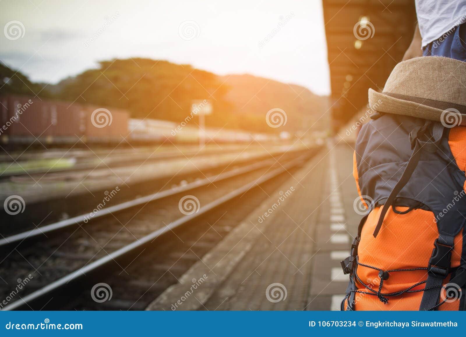 Tren que espera de la mochila del hombre en la estación de tren en Tailandia